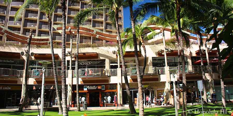 1.48pm: Lots of nice shops at Beach Walk in Waikiki.