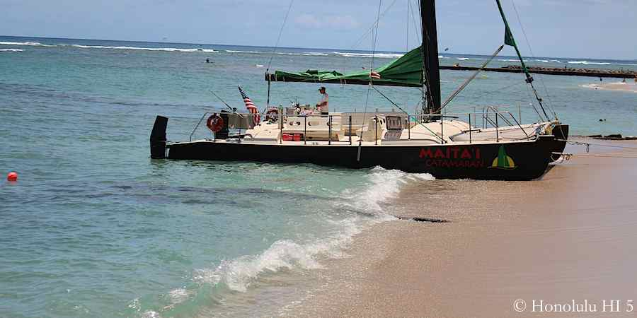 black-catamaran-on-grays-beach-waikiki