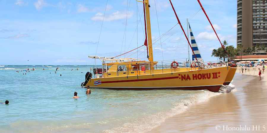 catamaran-on-royal-moana-beach-waikiki
