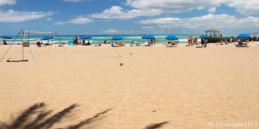 Kapiolani Beach - a deep beach with Beach Volley courts