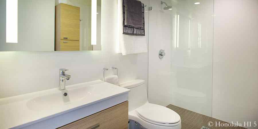 4 remodeled condos in kakaako in pictures moana pacific for Bath remodel honolulu