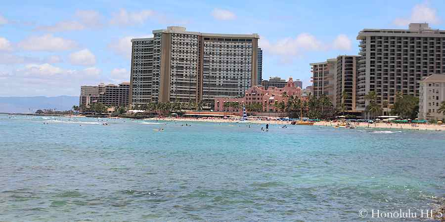 waikiki-beach-royal-hawaiian-hotel-in-distance