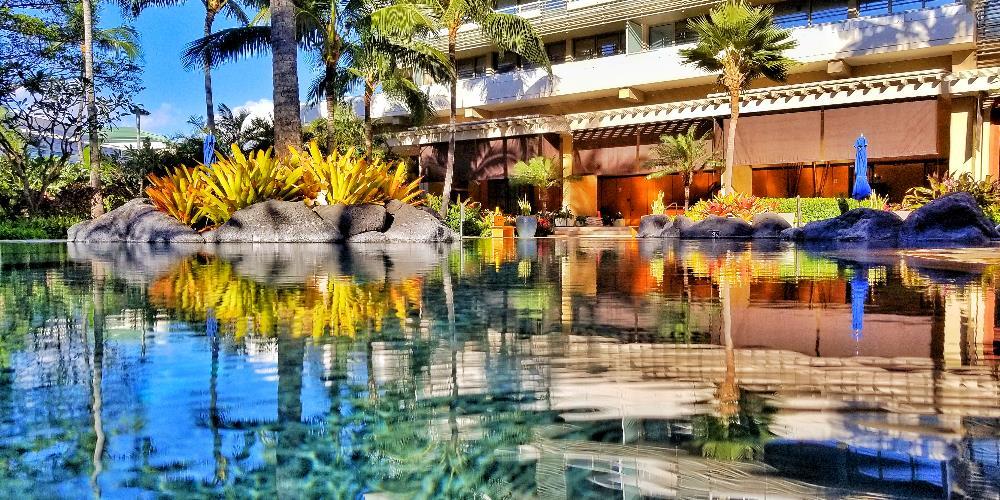Lagoon-style infinity pool